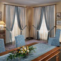 Полосатые шторы с подхватами в интерьере гостиной