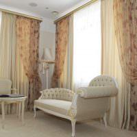 Кушетка в гостиной классического стиля