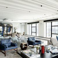 Белый потолок с деревянными балками