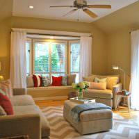 Дополнительное освещение в гостиной с двумя окнами