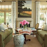 Розовые пионы в вазе на журнальном столике
