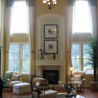 Высокие окна гостиной с длинными шторами
