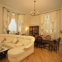 Люстра с открытыми лампочками на потолке гостиной