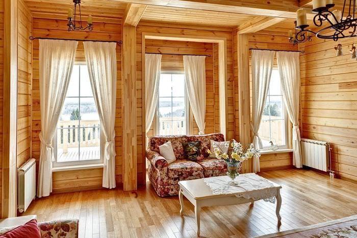 Три окна в гостиной деревянного дома