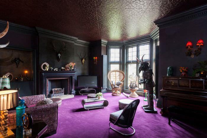 Интерьер темной гостиной в стиле готики