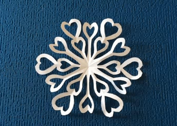 Белая снежинка из обычной бумаги