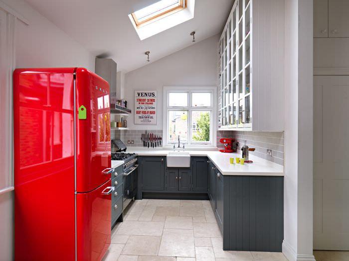 Глянцевая поверхность красного холодильника в ретро стиле