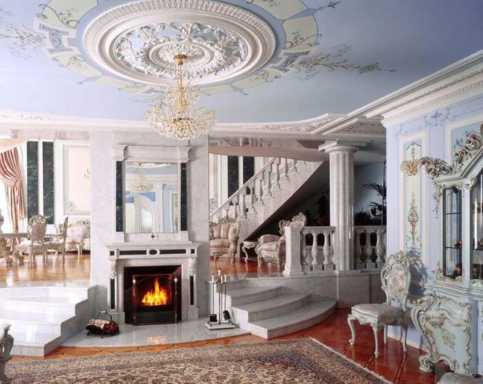 Большая гипсовая розетка на потолке гостиной в античном стиле