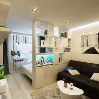 Черный диван в светлой гостиной комнате