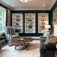 Кресла с полосатой обивкой в интерьере квартиры