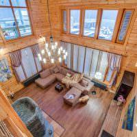 Вид сверху на гостиную в деревянном доме