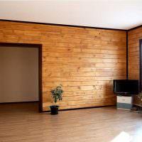 Белый потолок в доме с деревянными стенами