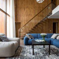 Синий диван в холле загородного дома