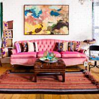 Журнальный столик на пестром ковре