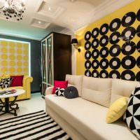 Виниловые пластинки на желтой стене