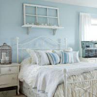 Голубые стены в спальне стиля прованс
