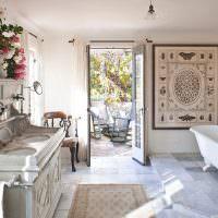 Ванная частного дома с дверью во двор
