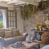 Пучки сухих растений на потолке кухни