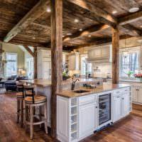 Кухонный остров между несущими деревянными стойками