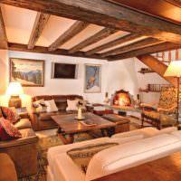 Освещение гостиной с деревянными балками