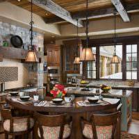 Обеденный стол на кухне сельского дома