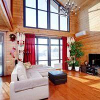 Красные шторы на окне в деревянном доме