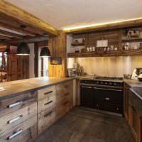 Кухня из дерева П-образной планировки