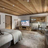 Оштукатуренные стены просторной спальни