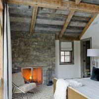 Старые доски на потолке спальни