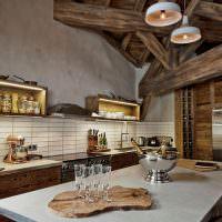 Открытые полки со специями на кухне в стиле шале