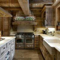 Дерево в отделке кухни с низким потолком