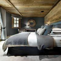 Деревянный потолок в спальне с серыми стенами