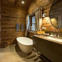 Белая ванна в комнате с деревянными стенами