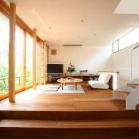 Деревянный пол в комнате с белыми стенами
