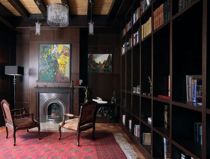 Книжные стеллажи в комнате с камином
