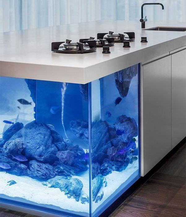 Аквариум, встроенный в кухонный остров