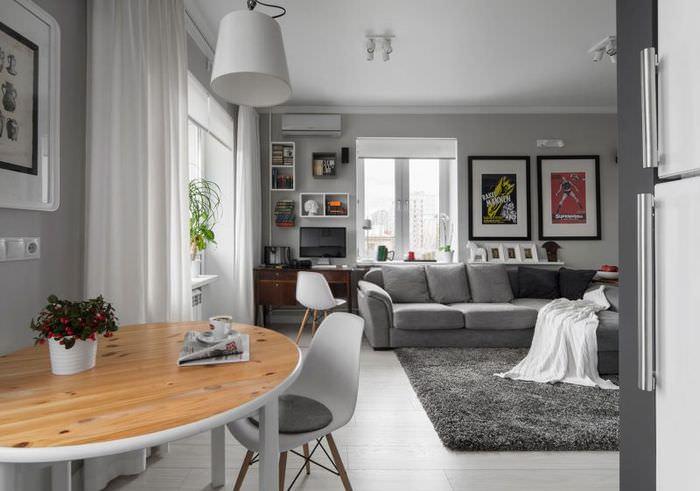 Оформление картинами серой стены гостиной
