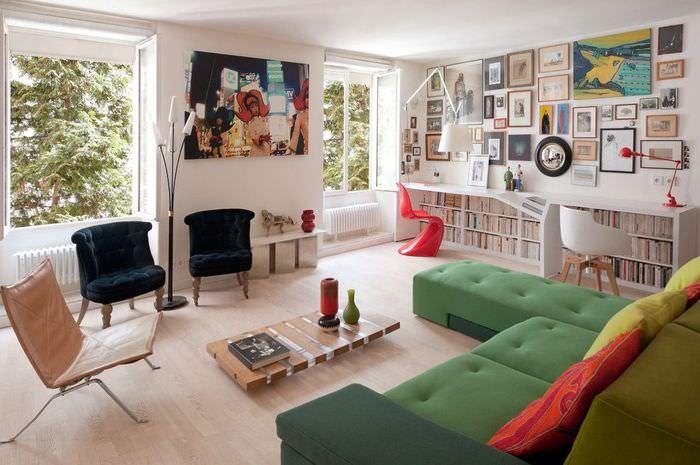 Низкий журнальный столик в гостиной стиля модерн