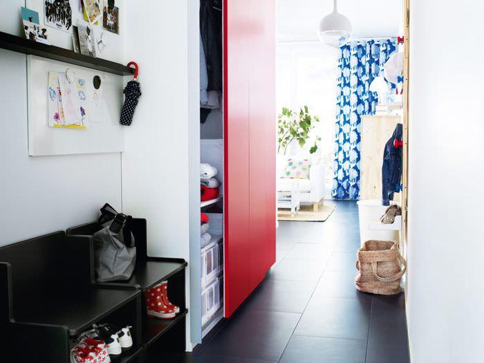 Красная сдвижная дверь на шкафу в прихожей