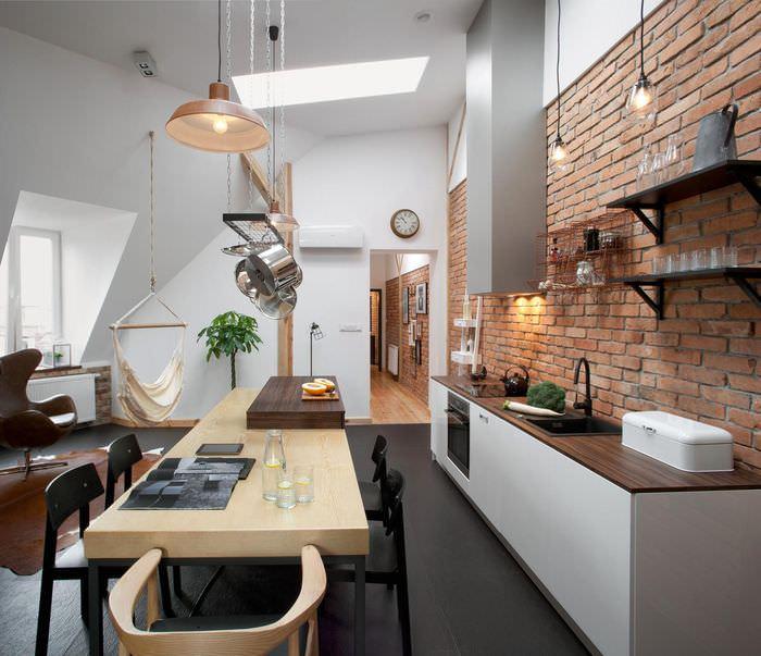 Рабочая зона кухни вдоль кирпичной стены