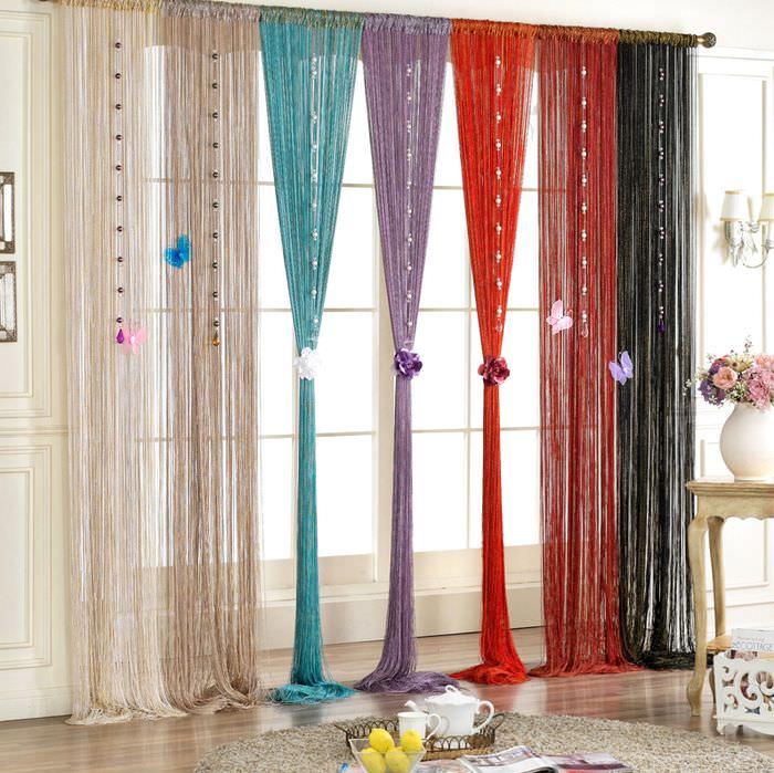 Разноцветные нитяные шторы на окне зала