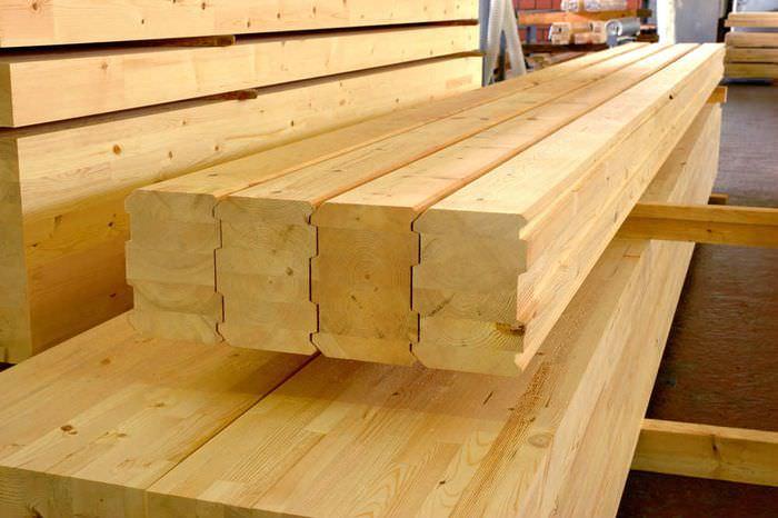 Штабель клееного бруса из сосновых пород древесины