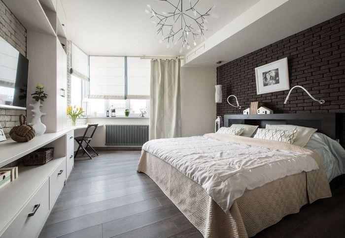 Темный пол в спальне с римскими шторами