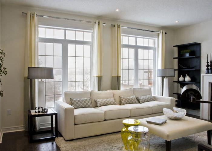 Комбинированные занавески на окнах современной гостиной