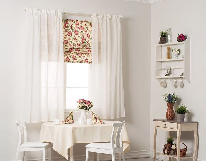 Интерьер светлой кухни с римской шторой на окне