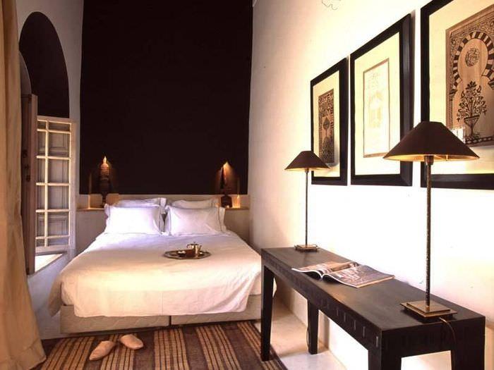 Черная акцентная стена в узкой спальне