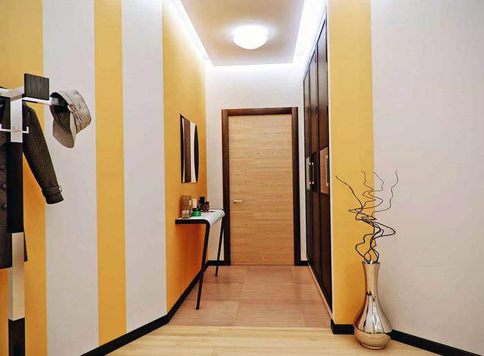 Светло-желтые стены в узком коридоре