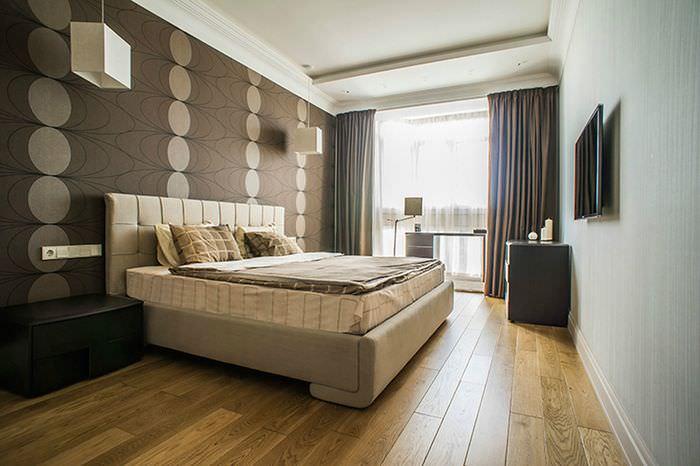 Деревянный пол в спальне с темно-коричневыми обоями
