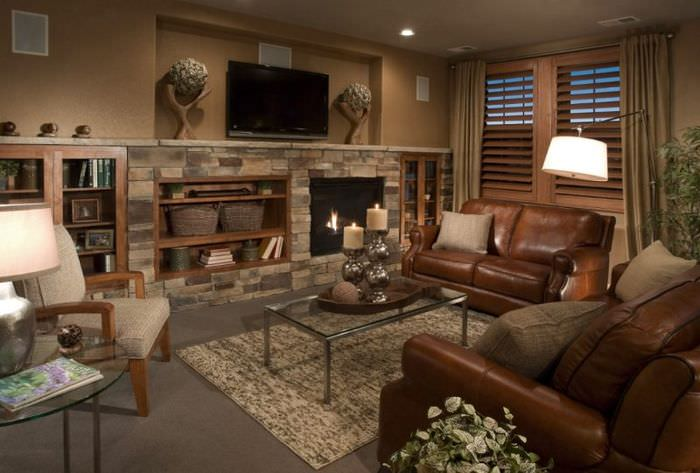 Кожаная мебель в интерьере гостиной в стиле шале
