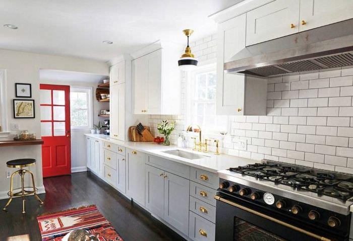 Красная дверь в белой кухне